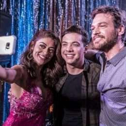 """Wesley Safadão grava participação na novela """"A Força do Querer"""" e faz a festa com elenco global"""