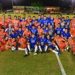 Wesley Safadão confraterniza com amigos de infância em partida de futebol